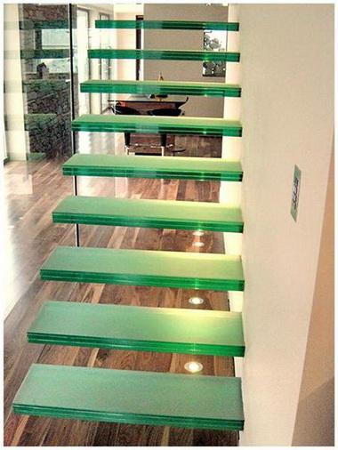 Лестница из стекла.