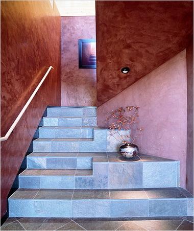 Отделка поверхности лестницы.