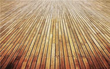 Пол из деревянных досок.